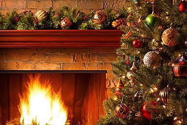 Weihnachtsgirlande am Kamin