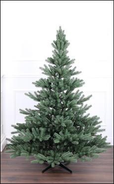 fertig aufgebauter künstlicher Weihnachtsbaum